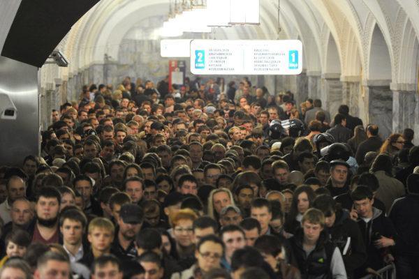 Толпы людей в метро