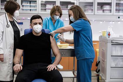 Греция ввела приоритетную вакцинацию чиновников и отказалась от нее