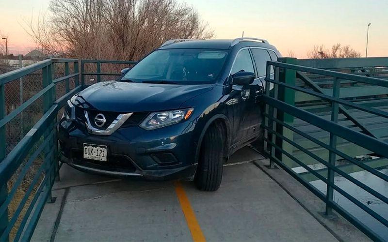 Кроссовер Nissan застрял на велосипедном мосту. Фото