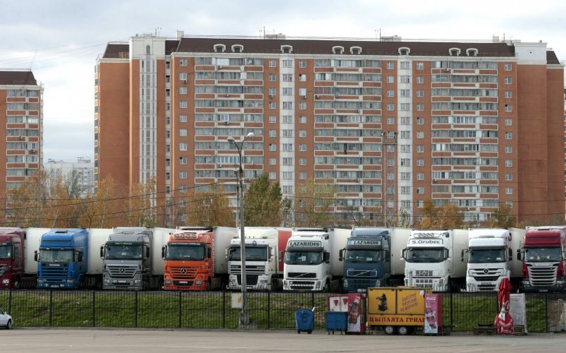 Минтранс намерен разрешить парковку грузовиков во дворах