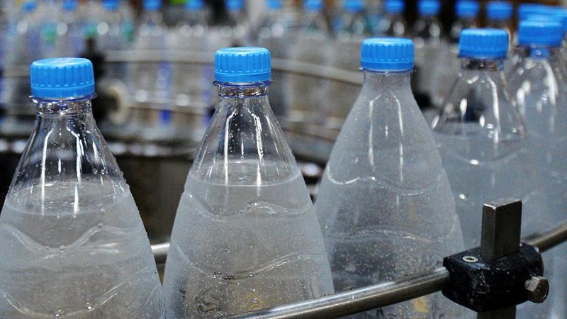 Специалист дал совет, как опознать опасную воду в бутылках