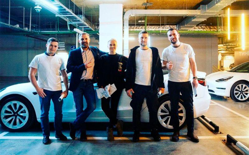 Тиньков подарил электрокары Tesla своим сотрудникам