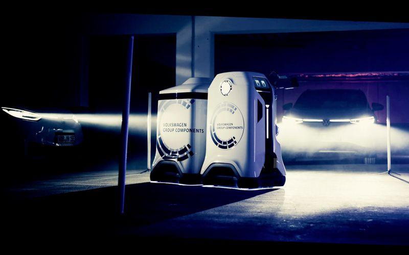 Volkswagen показал на видео роботов для зарядки электрокаров
